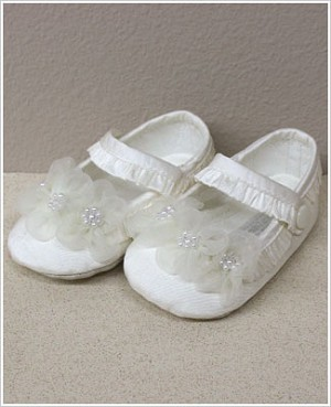 Sarah Louise Cream Tri-Flower Baby Shoe *DARLING*